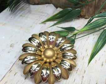 Gold Flower Pin, Daisy Pin, Daisy Brooch Pin, Gold Corsage Pin, Gold Wedding Flowers, Flower Brooch, Gold Flower Corsage Pin, Corsage brooch