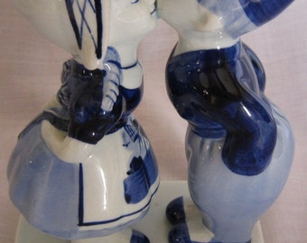 Delft Boy and Girl Kissing