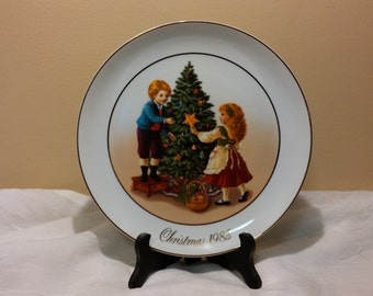 "1982 Christmas Memories ""Keeping the Christmas Tradition"" Avon Plate"