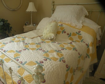 Charming, Sunny Applique Flower Quilt