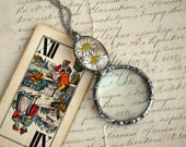 Magnifying glass necklace, terrarium pendant,looking glass pendant, loupe necklace, dried real flower, stained glass, daisy necklace, glass