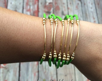 Green Rubber Bracelet Set with gold plated charms- Semanario pulseras de caucho color verde limon con dijes chapa de oro