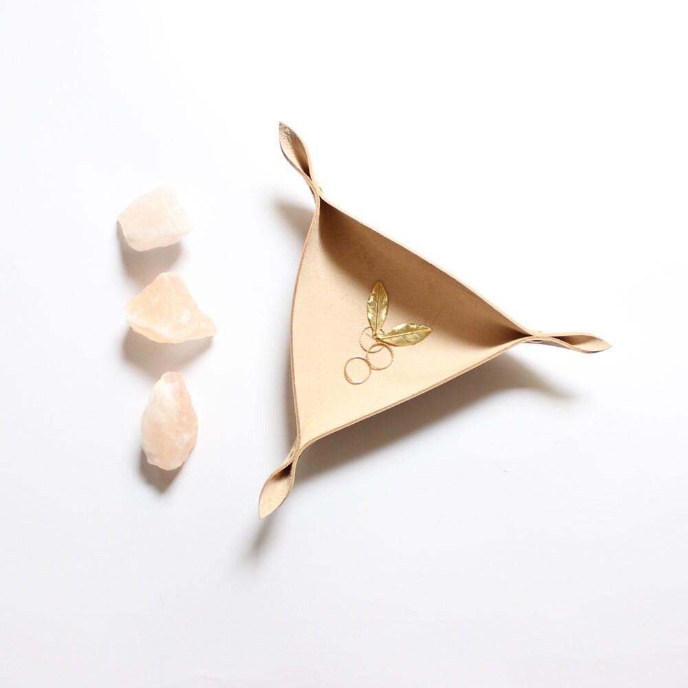 geometrische box aus leder aufbewahrung schmuck schale. Black Bedroom Furniture Sets. Home Design Ideas