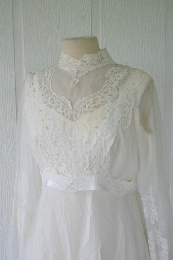 Vintage ivory lace wedding gown bridal gown with sleeves for Ivory lace wedding dresses vintage