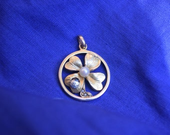 4 leaf clover pendant with pearl and ladybug