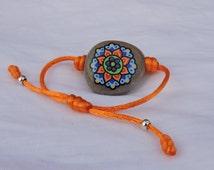 bracelet with stone painted in acrylic/ pulsera con piedra pintada con acrílicos