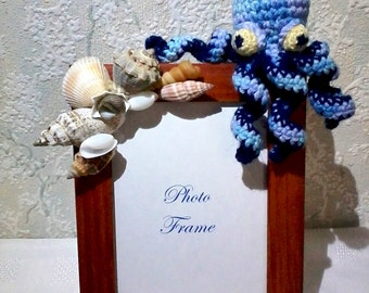 Picture frame with seashell composition and crochet blue octopus, Beach decor seashell photo frame, costal home décor, nautical décor