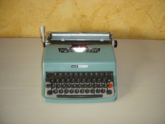 machine crire m canique olivetti lettera blue typewriter. Black Bedroom Furniture Sets. Home Design Ideas
