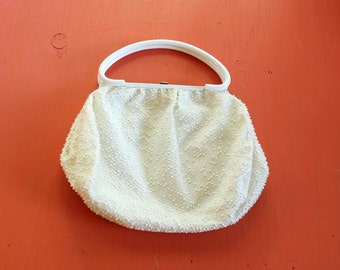 large corde bead purse with white handle . white corde bead purse . vintage purse 50s 60s
