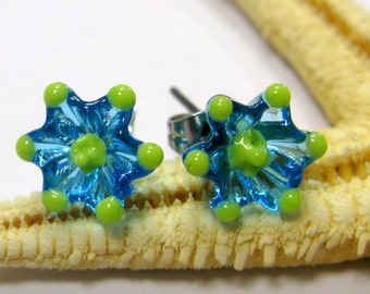 SMAUGGS handmade lampwork stud earrings, flowers (2p, 10mm x 10mm), glass, blue, green, surgical steel, SRA