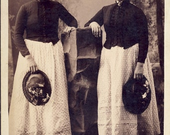 Two Women Wearing IDENTICAL Country VICTORIAN DRESSES and Hats Cabinet Card Photo Park City Utah circa 1890s