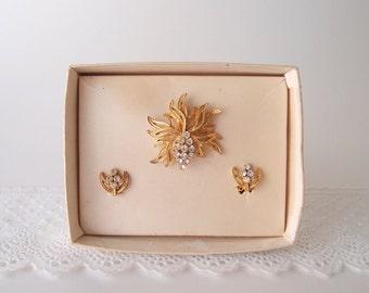 1940s Brooch & Clip Earrings / rhinestone Grape Bunch Cluster in textured Gold metal
