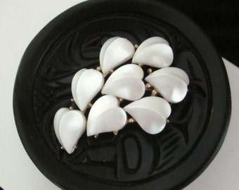 Trifari HEARTS Leaves BROOCH Pin Pearlized White Plastic Thermoset Lucite Vintage