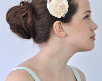 Mini Fascinator with Flower and Feathers in Ivory and Mint