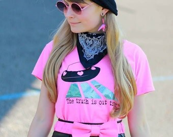 """X-files """"the truth is out there"""" UFO print - girly pink fitted V-neck shirt"""