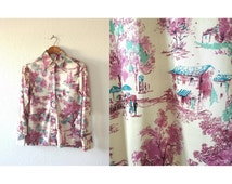 Vintage 1970s Novelty Top / 60s 70s Toile Print Mod Pointed Collar Novelty Landscape Scenery Print Silky Poly Blouse - S/M Medium M
