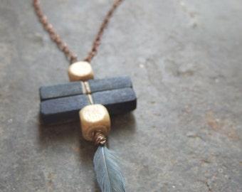 Collier plume, bois teint avec des plantes, indigo et chêne, fil et chaine en cuivre, plume d'oiseau libre