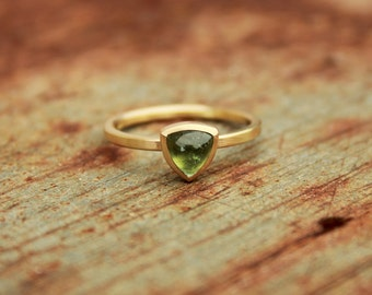 18k ring with tourmaline cabochon