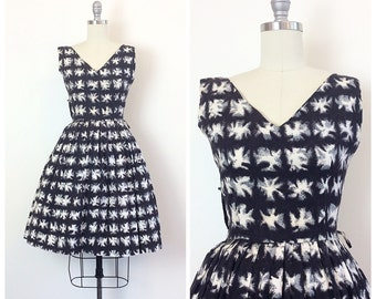 50s Black and White Cotton Abstract Print Day Dress / 1950s Vintage Starburst Fit and Flare Sun Dress / Medium / Size 6