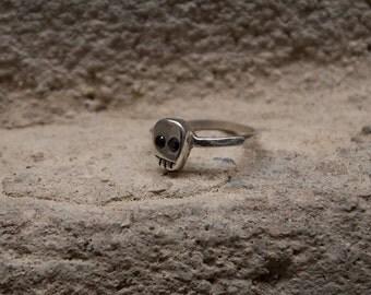 Little Skull ring in Silver with black gemstones eyes