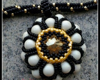 Daisy pendant with Pearl