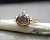 Diamond engagement ring in 14k yellow gold, 1.10 carat pear diamond