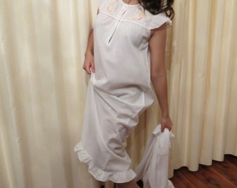 Vintage 50s 2 Piece Lily Hand Embroidered Off White Ivory and Peach Pink Long Nightie Night Gown and Robe Lingerie Negligee Babydoll Set