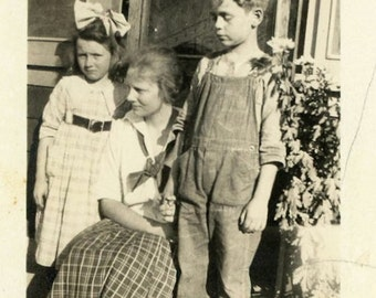 """Antique Photo """"The Gloomy Boy"""" Farming Family Sad Face Look Brother Sister Mother Boy Girl Children Found Black & White Photograph - 136"""