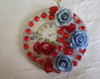"""Collier métal argentée en bois et porcelaine froide """"Lisez l'heure avec des roses"""""""