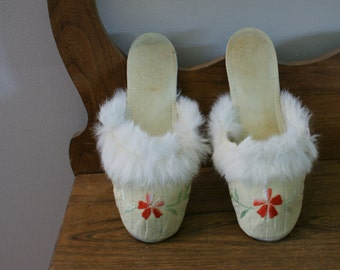 1940's Cream Flat Slip On Slippers Embroidered & Trimmed with White Rabbit Fur Size 7 Narrow - SL-901