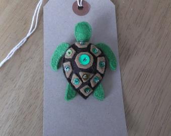 Felt green turtle brooch