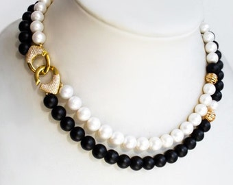 Pearls & onyx necklace with the clasp in Chanel style