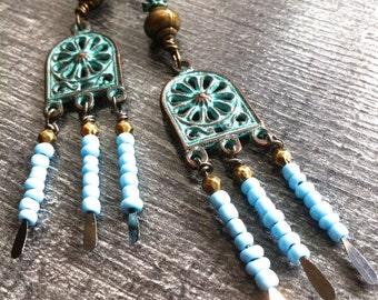 boucles d'oreille pendantes patinées, rocailles turquoises, perles bronzes
