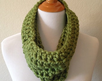 SALE: Green Crocheted Chunky Cowl Infinity Scarf in Custom Colors, Women's Crocheted Neck Warmer, Fall Cowl, Forest Green Infinity Scarves