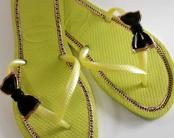 Customized Havaianas® Sandals with chain, gold and black tie 610048