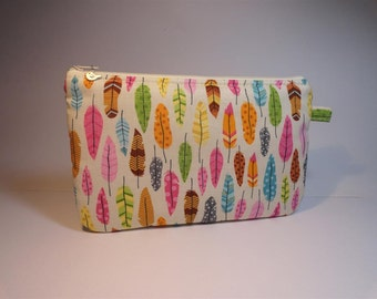 Kit flat pouch fabric printed with multicolored feathers off-white background
