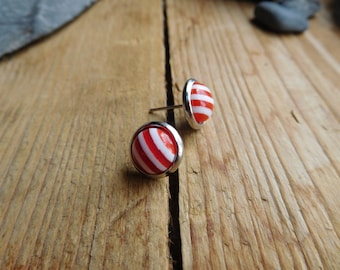 Small earrings cabochon red and white.