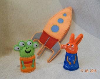 Wanda and the alien. Wanda and the alien finger puppet play set. Wanda and the alien felt toys. Felt finger puppets. Finger puppet theater.