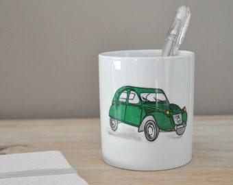 Pot à crayons avec une voiture 2CV verte rétro, en porcelaine, personnalisable