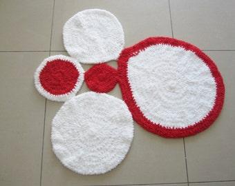 """Tapis chambre bébé, tapis bébé, tapis chambre enfant, tapis en laine, tapis """"boules"""" blanc rouge, déco chambre bébé, tapis doux blanc, tapis"""