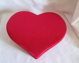 Satin-covered heart box / Box in heart covered with satin