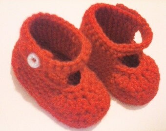 Dainty crochet shoes with ankle strap.  Precious crochet slippers with closure at the ankle.