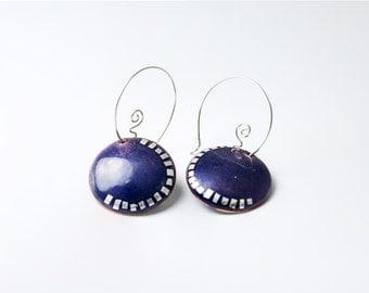 Earrings enameled in purple with geometric design