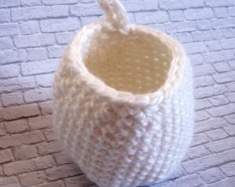 Crochet basket to hang on in wool-white