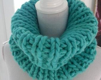 Col snood turquoise tricoté à la main en grosse laine péruvienne
