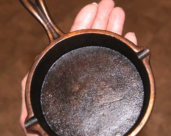 COPPER Patina - FRYING PAN - Unusual - Vintage Cast Iron 1930's - 1950's