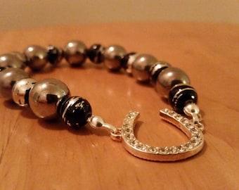 Single-layered horseshoe bracelet