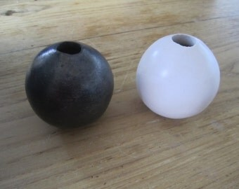 Dou of ceramic balls in sealed Earth black and white small model