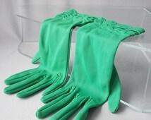 EMERALD GREEN GLOVES Size 6 x 1/2, Ladies Accessories, Dressy Ruched Wrist Gloves, Label, English Summer Vintage  60s Gloves.