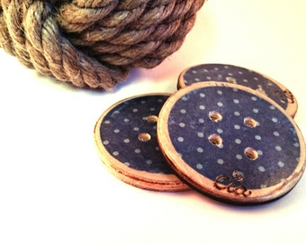 Button wood blue and pea